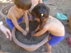 Cavando o buraco para colocar as mudinhas.